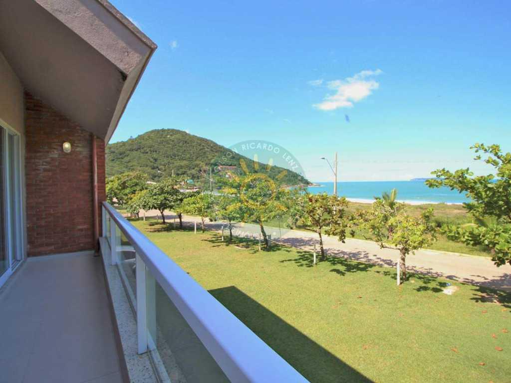 Lindo e amplo sobrado, localizado em frente a praia de Quatro Ilhas - Bombinhas.