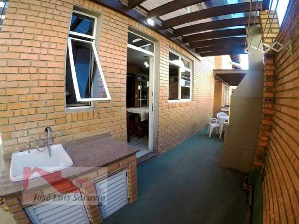 Duplex na quadra do mar, no centro de Bombinhas com 2 vagas de garagem!