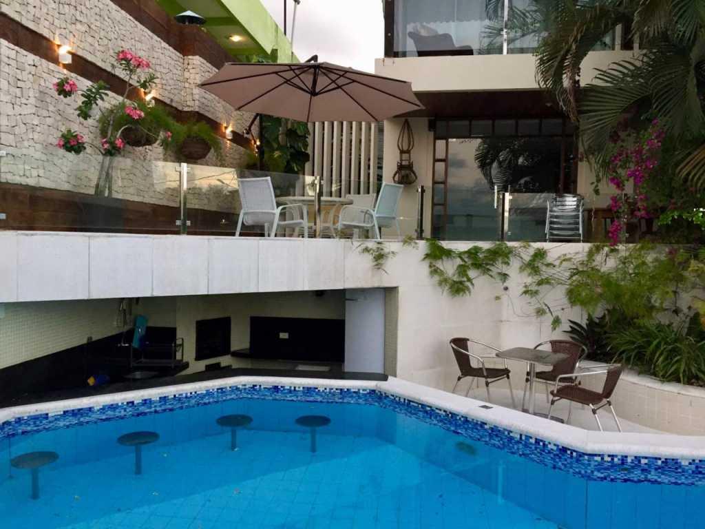 Luxuosa casa de alto padrão com piscina e vista mar