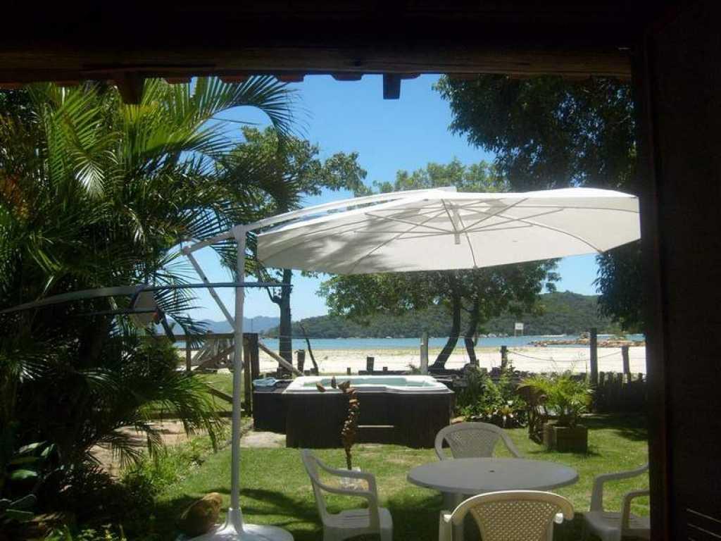 Casa frente para a praia com hidromassagem 2 quartos com ar na Praia de Pereque - Porto Belo