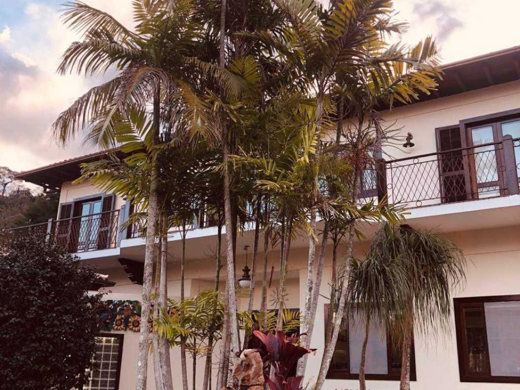 Linda e charmosa casa no melhor condomínio de Itaipava!!! Faça já sua reserva…