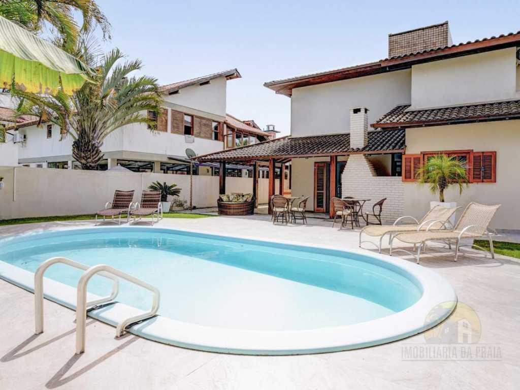 Casa com 05 dorm, piscina e localização singular/ TARIFAS VERÃO SOB. CONSULTA!