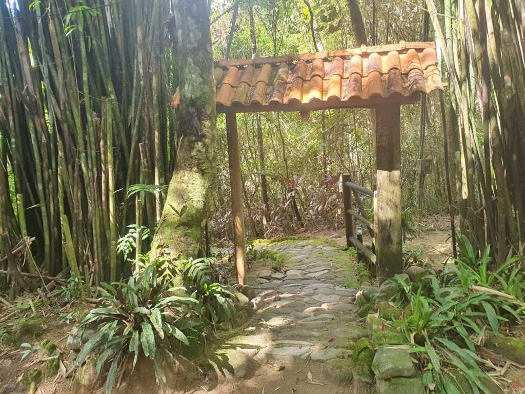 Sitio Terabitia - Casa no Sertão do Rio Bonito piscina sauna e rio passa em frente a propriedade.