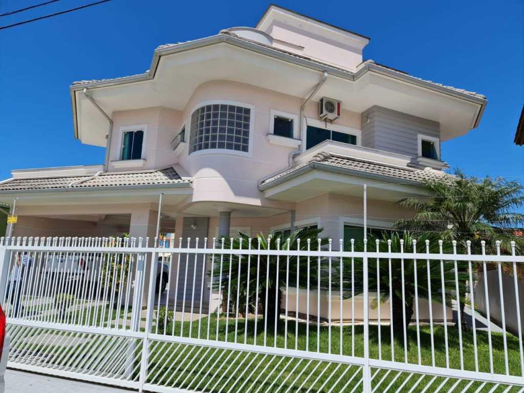 Casa com 6 quartos + Edícula Completa  a 150 metros da Praia