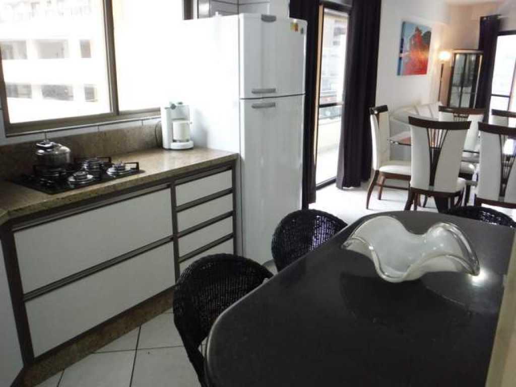 Apartamento 2 quartos com ar na quadra da praia no centro de Meia Praia