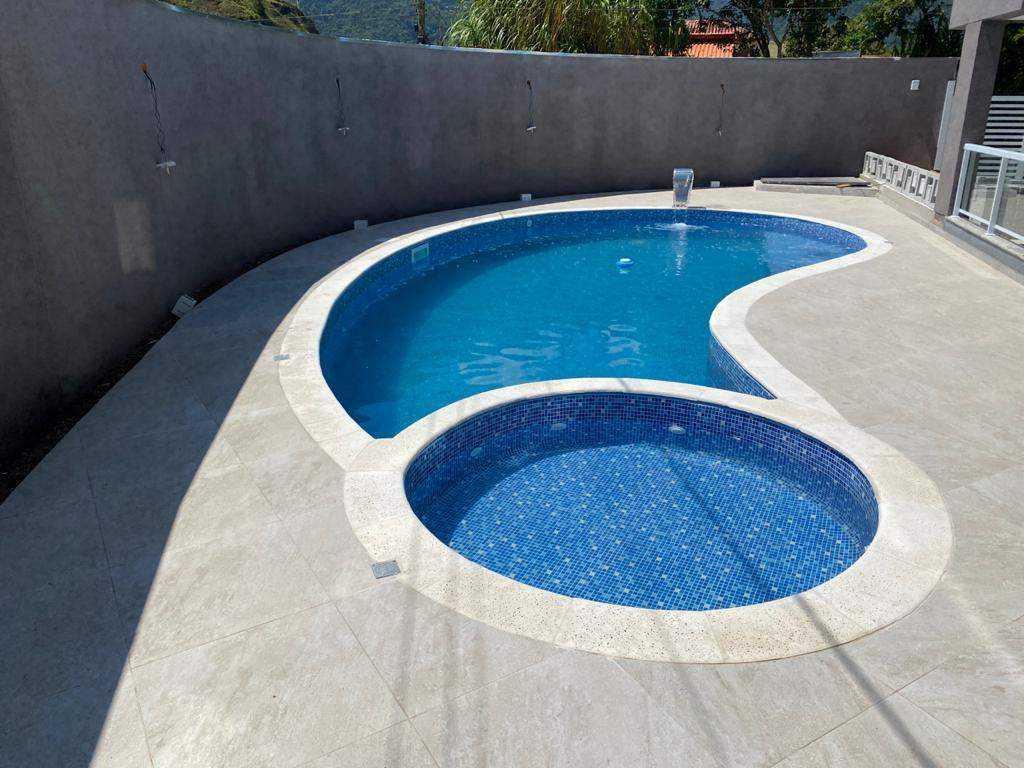 Apto novo, com churrasqueira na varanda e piscina em Maranduba-Ubatuba