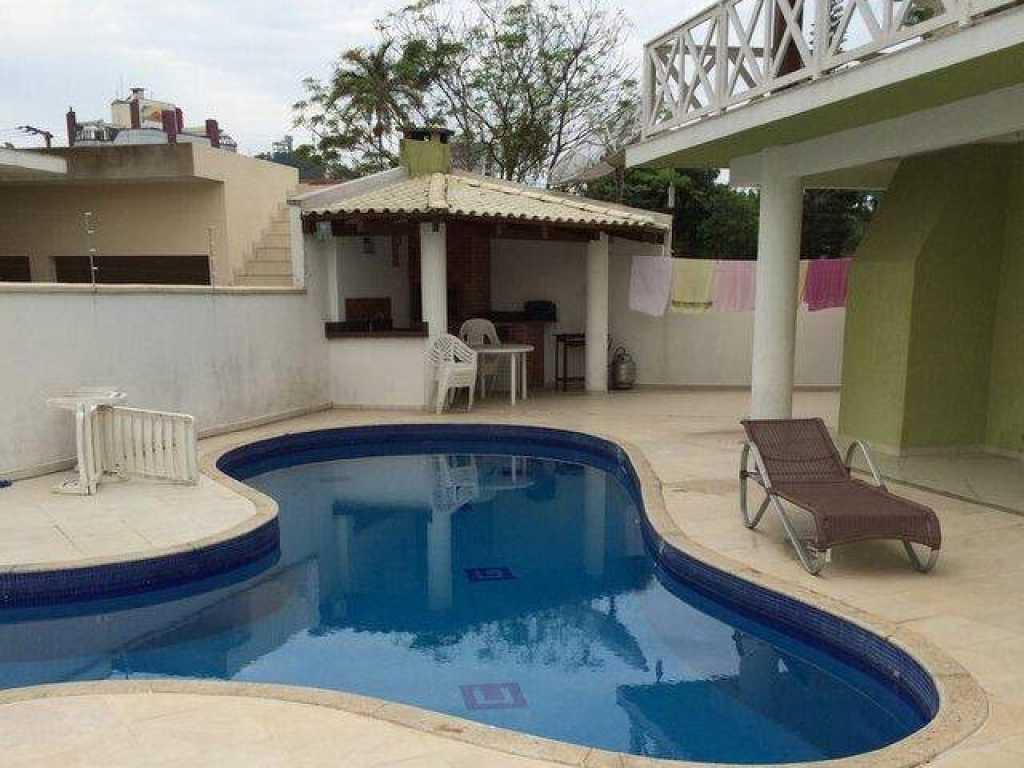 Casa com piscina com 4 quartos com ar para 12 pessoas