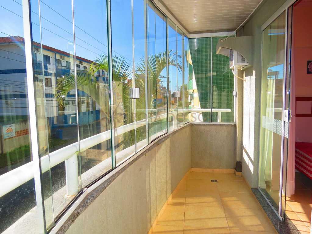 Cód 346 - Ótimo apartamento na área central de Bombinhas com duas vagas de garagem.