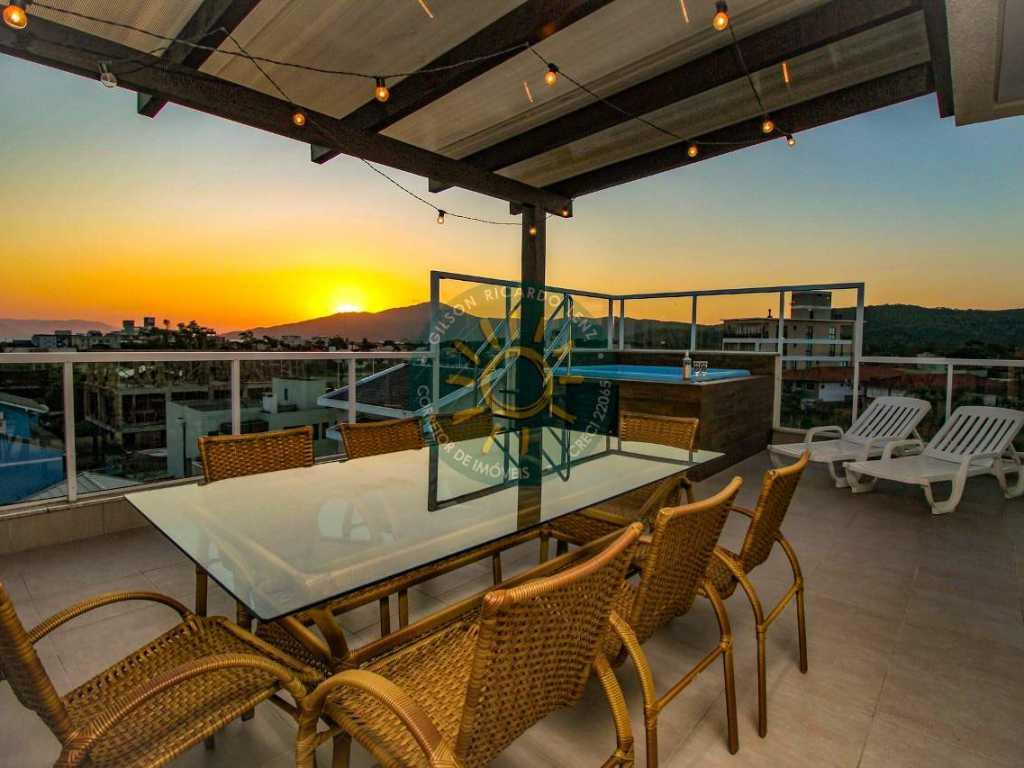 Aluguel de Apartamento Temporada   Excelente cobertura Duplex com SPA localizada a 120 metros da praia de Mariscal.