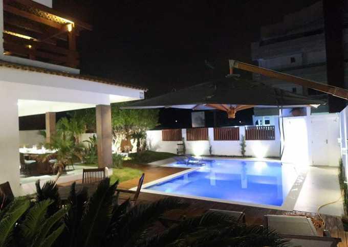 Apartamento, 4 suítes, e uma incrível piscina a 60 m do mar.
